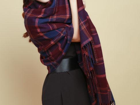 Объёмный шарф с чёрным платьем