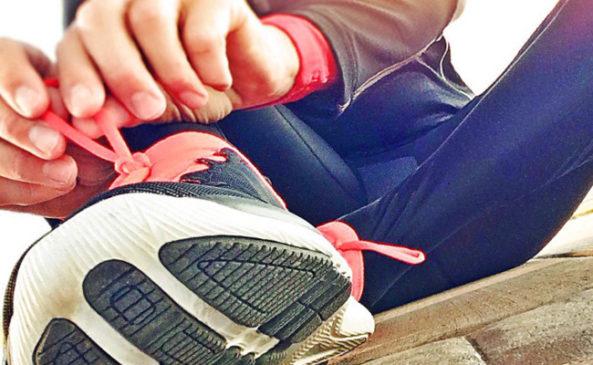 Бег в кроссовках на беговой дорожке